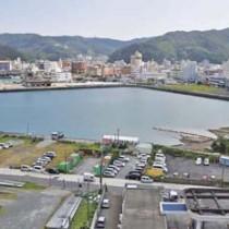 本格化した名瀬港の埋め立て工事=14日、奄美市名瀬