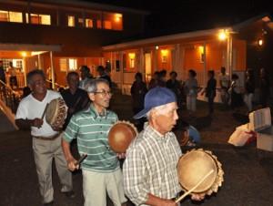 伝統の唄と踊りで新しい住民を歓迎した清水集落の「ヤーマワリ」=17日、瀬戸内町清水集落