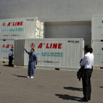 離島航路フェリー事業者への引き渡し式後、参加者に披露された冷凍コンテナ=11日、鹿児島市城南町