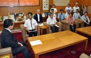 サトウキビの生産振興への支援などを求めて伊藤祐一郎知事へ要請書を提出した奄美・熊毛糖業労連など5団体の関係者=10日、県庁知事室