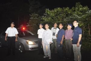 奄美大島自然保護協議会が島内各地で展開した夜間一斉パトロール=4日午後8時ごろ、奄美市住用町