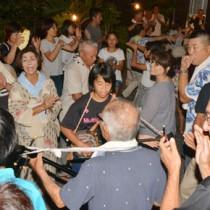 老若男女がにぎやかに歌い踊り、熱気にあふれた佐仁2区の八月踊り=17日、奄美市笠利町