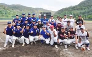 野球を通じて絆を深めた奄美、東京両選抜の選手ら=20日、奄美市名瀬の市民球場
