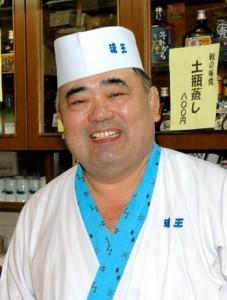 東京の上野駅近くで相撲茶屋「琉王」を経営していたころの神田武光さん=2004年10月(沖縄タイムス社提供)