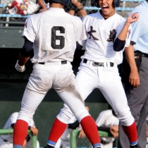 六回裏、上原の三塁打で大島の走者が次々とホームイン=25日、県立鴨池球場