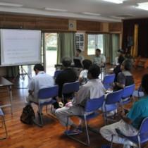 林道山クビリ線の改良事業について行われた住民説明会=5日、徳之島町