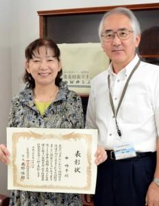 母子保健推進会議会長表彰を受賞した喜びを報告した中さん(左)=20日、奄美市名瀬