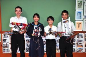 オリジナルのロボットで好成績を残した(左から)ターナー君、金城さん、伊藤君、西岡君=27日、名柄小中学校