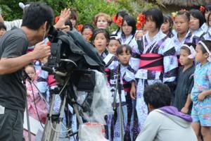総合リハーサルで本番の流れを確認した国民文化祭オープニングフェスティバルの参加者たち=18日、奄美市名瀬