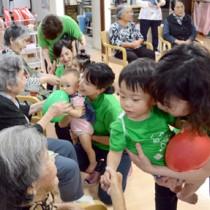 風船遊びなどでお年寄りと触れ合った「赤ちゃん先生」とママ講師たち=23日、奄美市名瀬