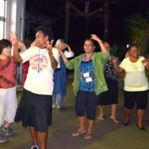 地域住民と一緒に八月踊りを楽しんだオセアニア各国の研修生たち=25日、奄美市住用町西仲間