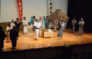 16人が出演した島民劇「枝手久・恋物語」=28日、宇検村湯湾