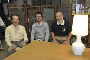 コラボ事業に取り組む(左から)原さん、小松さん、大串さん。右側は昨年制作したランプシェード=10日、奄美市