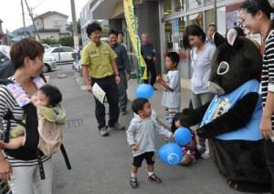 アマミノクロウサギの交通事故防止を呼び掛けた街頭キャンペーン=30日、天城町