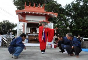 大蛇踊りを奉納した殿智神社例祭=27日、知名町上平川