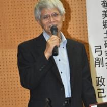 島尾敏雄の優れた歴史感性をテーマに講演した弓削政己さん=31日、県立奄美図書館