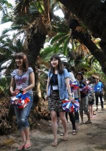 フィールドワークで徳之島入りした丸の内朝大学の受講生ら=17日、徳之島町