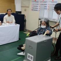 期日前で1票を投じる有権者=19日、奄美市選挙管理委員会