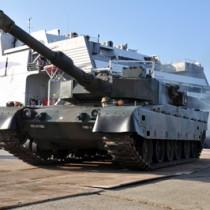 陸揚げされた陸上自衛隊北部方面隊の90式戦車=27日朝、和泊町伊延港