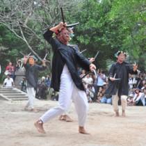 「カマ踊り」など男衆がユーモラスな踊りを披露した大屯神社祭の諸鈍シバヤ=21日、瀬戸内町諸鈍の大屯神社