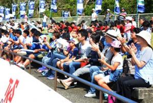 3075人の観客が詰め掛け、選手たちに熱い声援を送った奄美初のJFL公式戦=25日、奄美市の名瀬運動公園陸上競技場