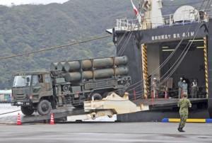 民間のチャーター船で到着した地対艦ミサイル搭載車=24日午前、奄美市名瀬の名瀬港観光船バース
