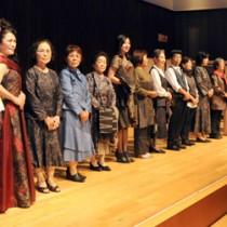 洋装化した大島紬のファッションショーでモデルを務めた参加者(左)と、在鹿宇検会の会員を中心にした八月踊り=17日、鹿児島市山下町