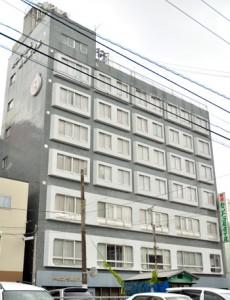 10月末で解散する大島食糧株式会社の本社が入ったホテル=2日、奄美市名瀬入舟町