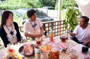 島暮らしについて語り合う(右から)伊藤さんと種谷さん夫婦=1日、瀬戸内町・加計呂麻島の於斉