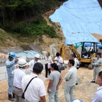 砂防ダムの工事現場で赤土流出防止対策を確認する参加者=21日、奄美市笠利町手花部