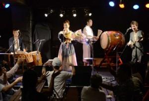 観客と一体になった六調で盛り上がったライブ=3日、奄美市