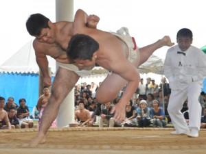 熱戦を繰り広げた奄美市笠利町招魂祭相撲大会=11日、太陽が丘総合運動公園相撲場