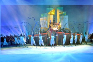 幻想的な雰囲気を醸し出した大島高校新体操部のリボンの演技(上)と、舞台を盛り上げた(左から)武下和平さん、かおりさん親子、城南海さん、楠田莉子さん=31日、鹿児島市永吉1丁目
