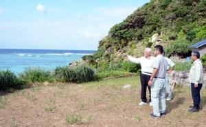 対馬丸が撃沈された東シナ海を臨む慰霊碑建立予定地を視察する実行委員たち=19日、宇検村船越海岸