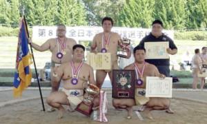 団体2連覇を果たした鹿児島メンバー(後列左から)茂岡、緒方、(前列左から2人目)中(提供写真)