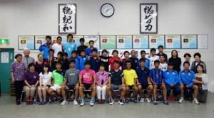 初の関西遠征で交流を深めた沖永良部高校サッカー部と神戸沖洲会=神戸市の神戸沖洲会館