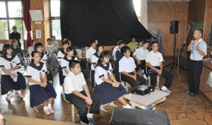 徳之島の自然や世界自然遺産登録に向けた取り組みを学んだ出前授業=13日、徳之島町山中