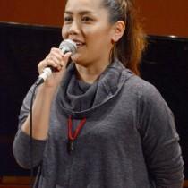県音楽教育研究大会で講演する歌手・元ちとせさん=23日、龍郷町りゅうゆう館