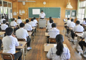 島内実力テストに臨む中学3年生=13日、和泊町