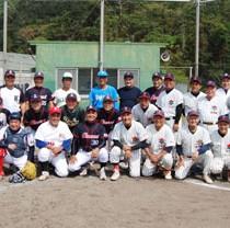 還暦交流試合を楽しんだ奄美島人と沖縄徳洲会野球クラブ=17日、奄美市名瀬