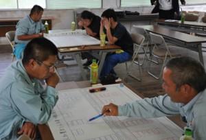 建設業の人材育成について意見を出し合ったワークショップ=6日、和泊町役場