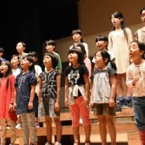 本番に向けて練習に熱が入る子どもたち=11日、奄美市名瀬の奄美文化センター