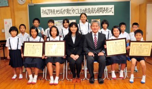 標語部門で学校賞を受賞し、児童3人が入賞した佐仁小学校の児童ら=2日、奄美市笠利町の佐仁小学校