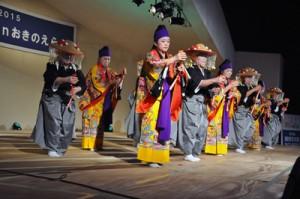 集落に伝わる芸能を披露した玉城字芸能保存会「仲里節」=3日、和泊町の笠石海浜公園