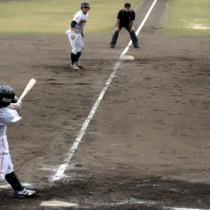 八回、JX―ENEOSの山田が逆転の適時打を放つ=28日、奄美市名瀬運動公園市民球場