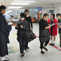 空港などで大島紬のPR活動をした生徒ら=9日、鹿児島空港