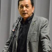 小中学生に挑戦することの大切さを語った榎木さん=14日、宇検村湯湾