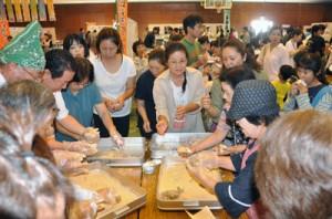 多くの来場者でごった返した食の文化祭=15日、知名町民体育館