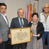 受賞を報告した金見水曜クラブの元田豊代表(左から2人目)ら=20日、徳之島町