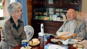 (右から)対馬丸生存者の救助活動を行った大島さんと生存者の平良さん。当時の出来事を語りあった=27日、宇検村宇検